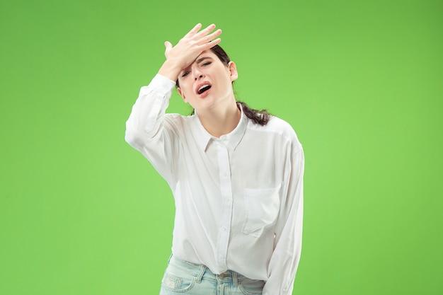 Pourquoi donc. beau portrait de femme demi-longueur isolé sur studio vert branché