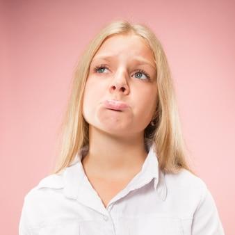 Pourquoi donc. beau portrait de femme demi-longueur sur studio rose à la mode