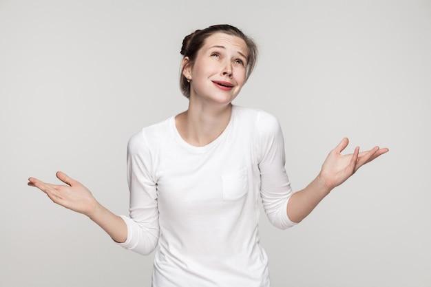 Pourquoi moi ? non ! jeune femme confuse. studio shot, isolé sur fond gris