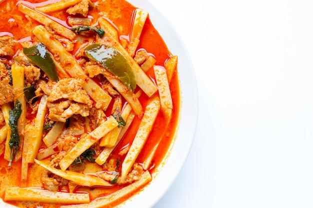 Pousse de bambou au curry rouge avec du porc
