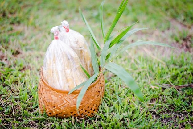 Pousse de bambou bouillie emballée sur un sol d'herbe verte