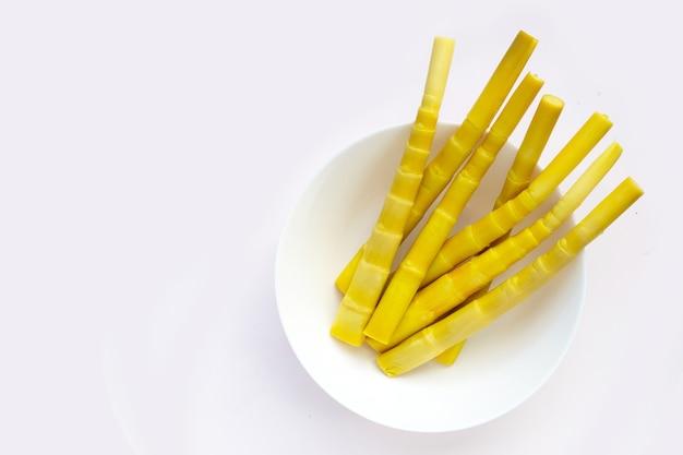 Pousse de bambou conservée dans un bol blanc o