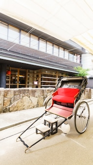 Pousse-pousse japonais pour les touristes sur l'île de miyajima , hiroshima , japon
