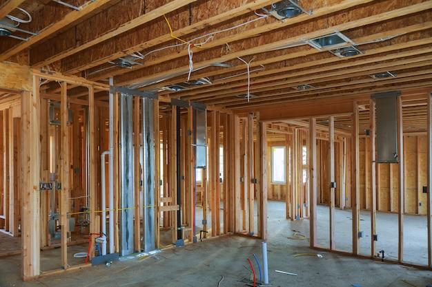 Poutre charpente intérieure de maison neuve en construction