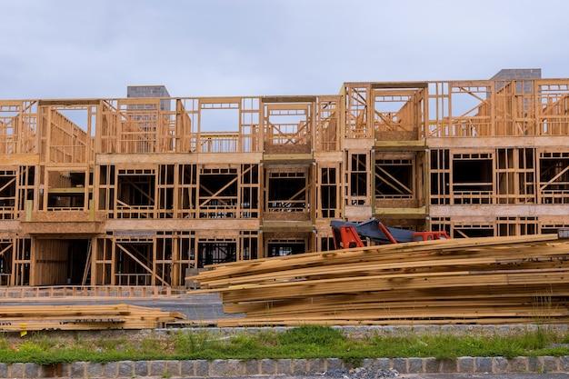 Poutre de charpente de nouvelle maison en construction