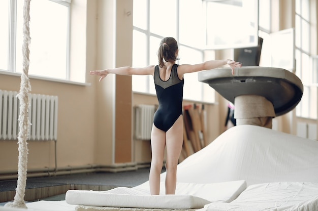 Poutre de gymnastique enfant. athlète gymnaste fille lors d'un exercice barre horizontale dans les compétitions de gymnastique.