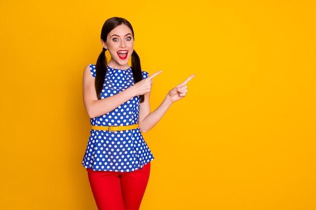 Pouvez-vous croire des publicités incroyables. fille étonnée folle pointer l'index copyspace présent annonces remises promotion porter bon look vêtements isolé brillant fond de couleur