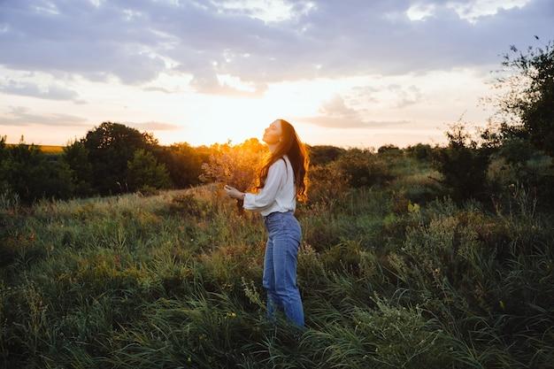 Pouvoir de guérison des bienfaits de l'écothérapie impact sur la nature bien-être jeune femme heureuse aux cheveux longs et