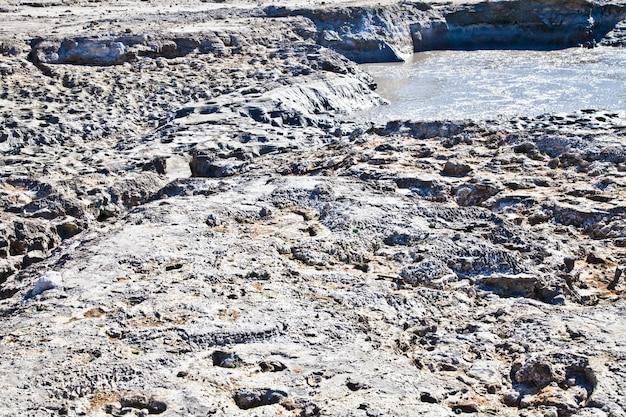 Pouzzoles, italie. zone de solfatara, cratère volcanique toujours en activité.