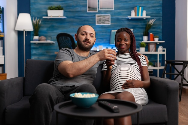 Pov d'un couple interracial avec une grossesse en train de regarder un film