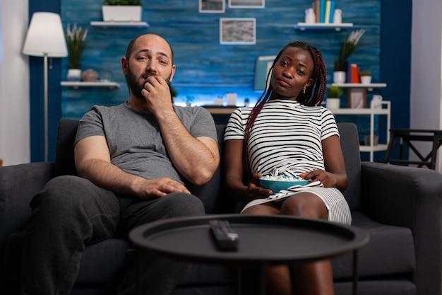 Pov de couple interracial regardant la télévision en profitant de l'activité