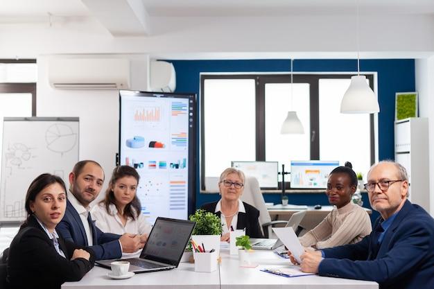 Pov d'une équipe diversifiée assis dans la salle de conférence