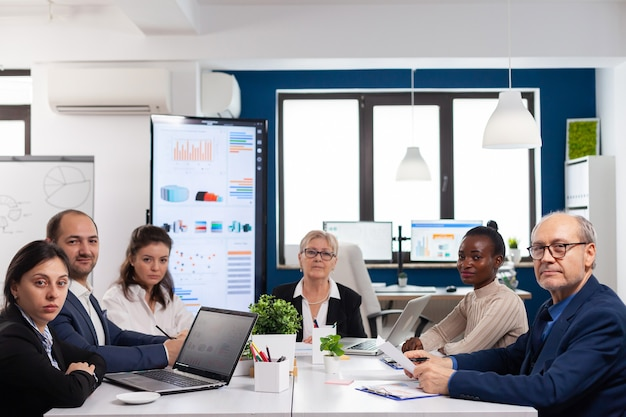 Pov d'une équipe diversifiée assise dans la salle de conférence lors d'une réunion virtuelle, discutant en ligne avec des partenaires commerciaux