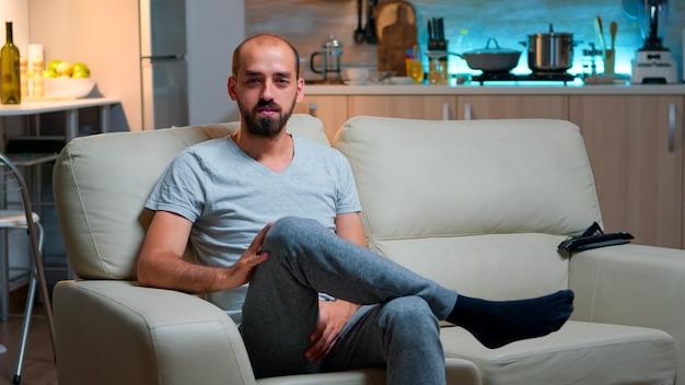 Pov d'un homme indépendant assis sur un canapé enregistrant une interview d'entreprise