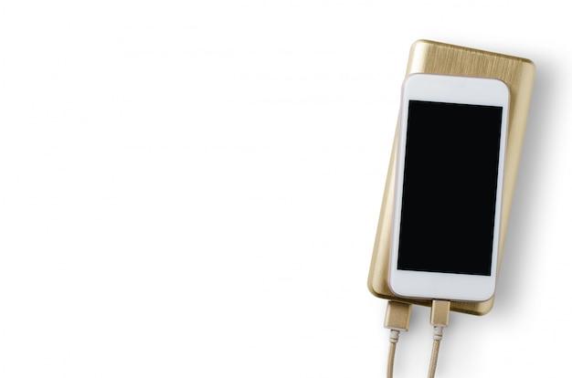Power bank charge le smartphone. isolé sur fond blanc. espace copie
