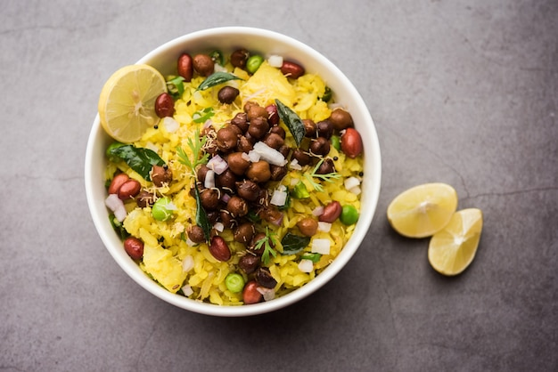 Power kabuli chana poha ou choley pohe riche en protéines, maharashtrian populaire, recette de petit-déjeuner indien, mise au point sélective
