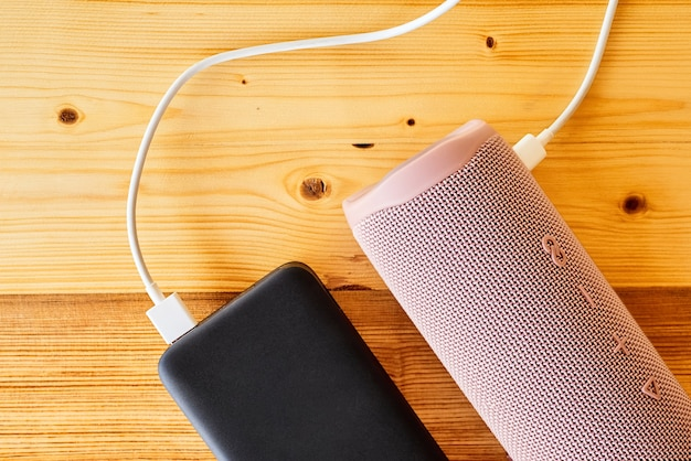 Powerbank charge le haut-parleur portable via usb. gros plan, mise au point sélective