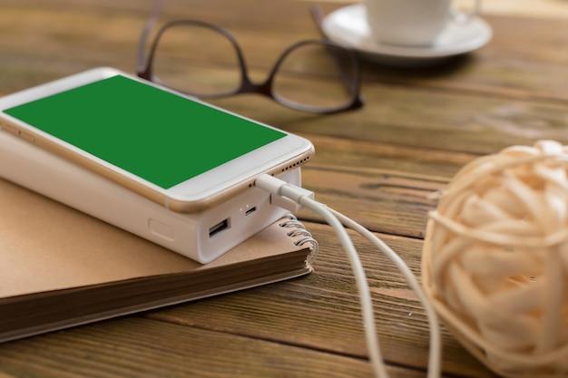 Powerbank chargeant un smartphone