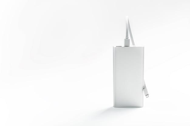 Powerbank pour charger les appareils mobiles avec câble, sur une surface blanche