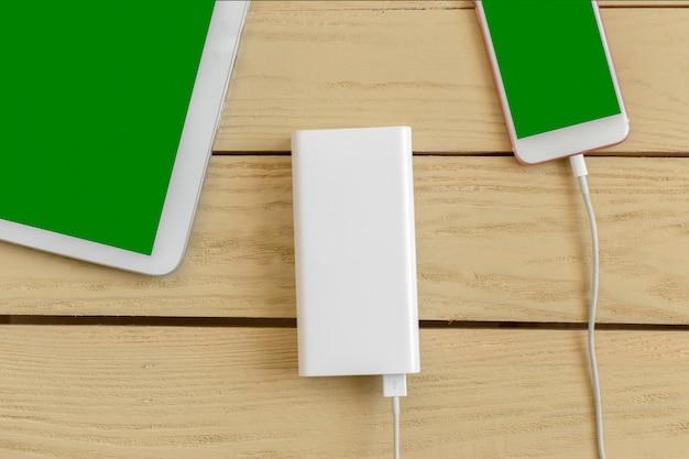 Powerbank et téléphone portable sur une table en bois
