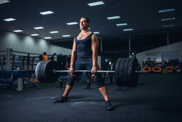Powerlifter mâle préparation haltères deadlift in gym
