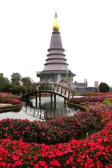 Pra mahatat noppamethanedon et pra mahatat nopphonphusiri, doi inthanon, chiang mai, thaïlande.