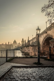 Prague brumeuse avec le pont charles le matin