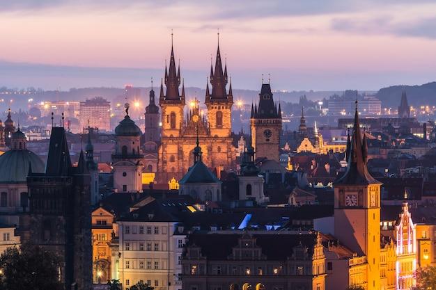 Prague et le pont charles tôt le matin avant le lever du soleil