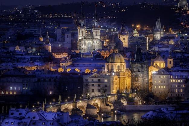 Prague avec pont charles avec tours et centre-ville au crépuscule