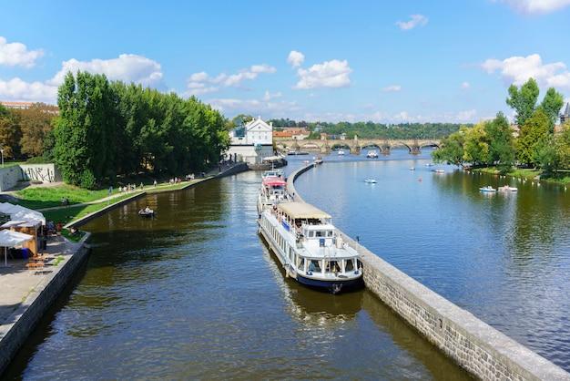 Prague, république tchèque - 8 septembre 2018 : beau paysage du paysage urbain de prague et du pont charles le matin en été