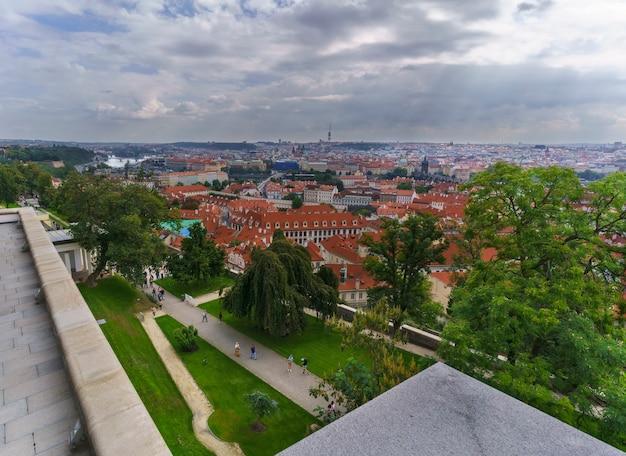 Prague, république tchèque - 8 septembre 2018 : de beaux paysages depuis le point de vue complexe du château de prague avec vue sur le pont charles et le paysage urbain de prague
