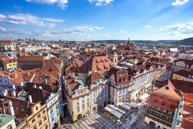 Prague vieille place de la ville avec la vieille église et le château dans les magasins