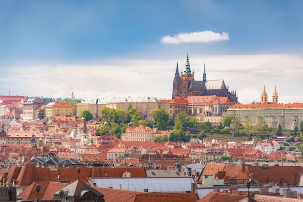 Prague vue d'en haut dans la journée avec un ciel bleu nuageux