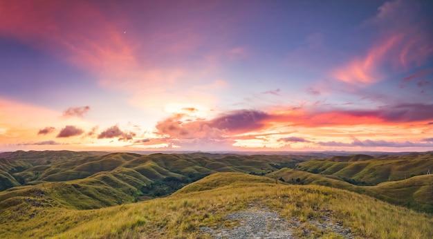 Prairies sur le fond de ciel coucher de soleil. indonésie.