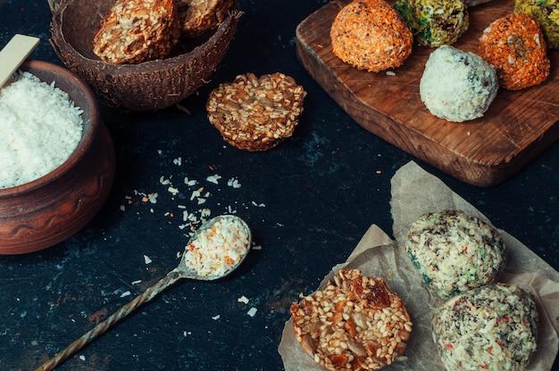 Les pralines et les noix de truffes au chocolat végétalien maison mélangent les ingrédients sur un fond sombre