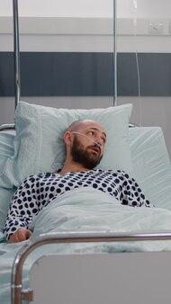 Praticien médecin noir expliquant la radiographie des os à un homme malade à l'aide d'une tablette à l'hôpital...