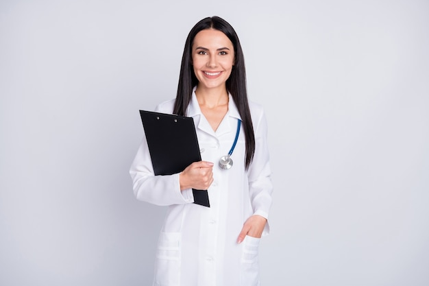 Praticien professionnel dame en blouse blanche tenir le presse-papiers sur fond gris