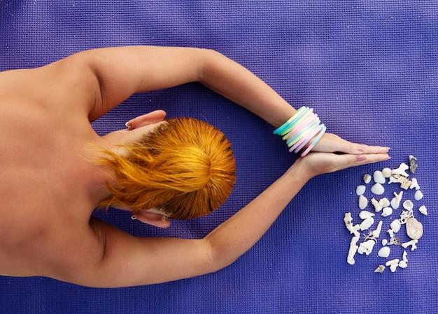 Pratique du yoga. femme méditant tiré d'en haut