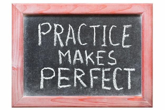 La Pratique Fait Une Phrase Parfaite écrite à La Main Sur Un Tableau Noir Vintage Photo Premium