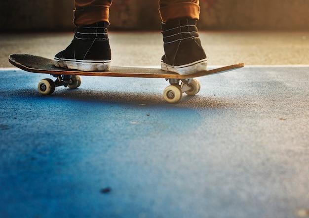 Pratique de la planche à roulettes freestyle concept de sports extrêmes