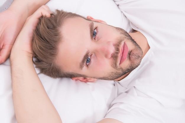 Pratiquez des activités apaisantes telles que la méditation avant d'aller au lit concept de sommeil sain