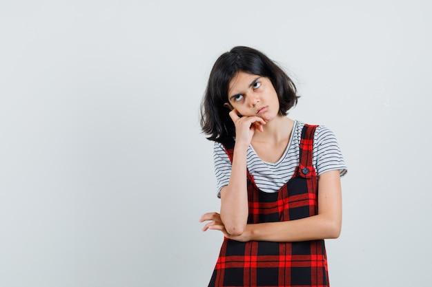Pré-adolescente en t-shirt