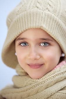 Précieux visage d'une adorable fille a sur fond bleu