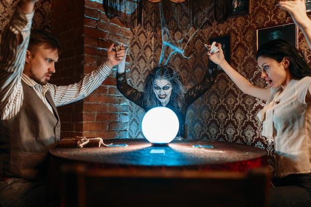 Le prédicteur féminin appelle les esprits, la sorcellerie.