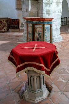 Prejmer, transylvanie/roumanie - 20 septembre : vue sur les fonts baptismaux de l'église fortifiée de prejmer transylvanie roumanie le 20 septembre 2018