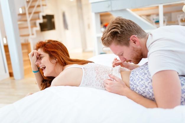 Préliminaires d'un couple hétérosexuel au lit dans un cadre magnifique