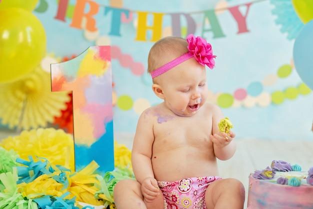 Premier anniversaire, briser le gâteau. crème sur les jambes
