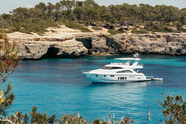 Premier avion d'un yacht à cala mondrago vue depuis la mer