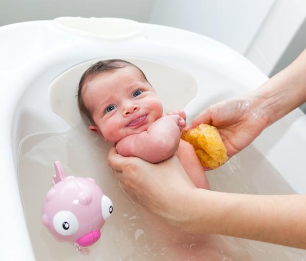 Premier bain du nouveau-né