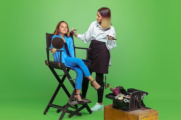 Premier client. petite fille rêvant de la profession de maquilleur. enfance, planification, éducation, concept de rêve.